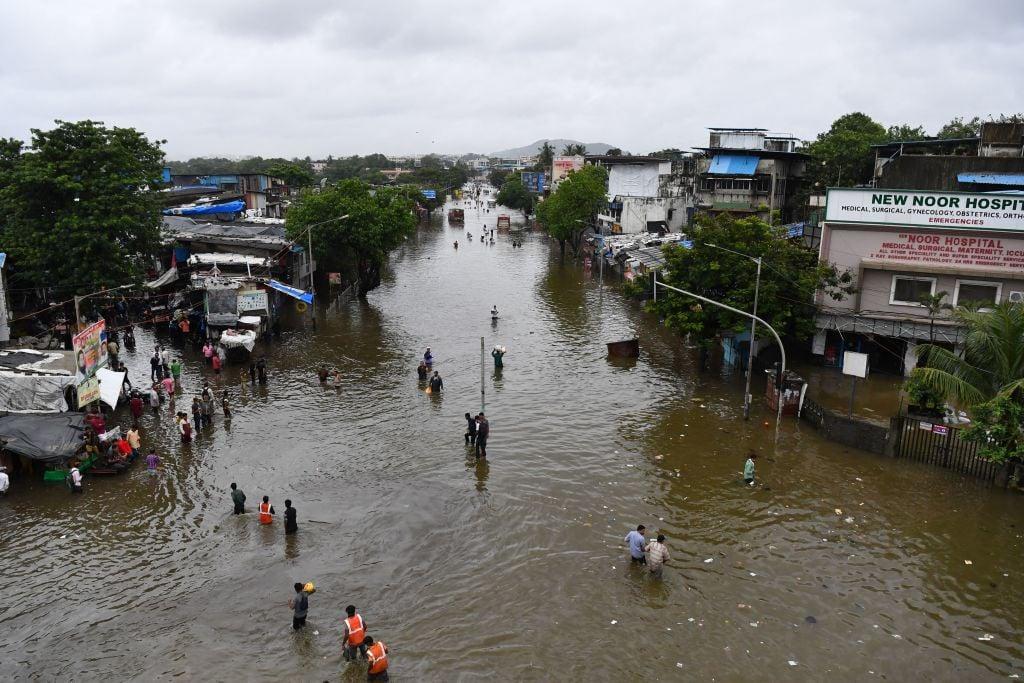 印度近日持續遭到暴雨襲擊。圖為7月16日孟買遭暴雨襲擊後的景象。(INDRANIL MUKHERJEE/AFP via Getty Images)