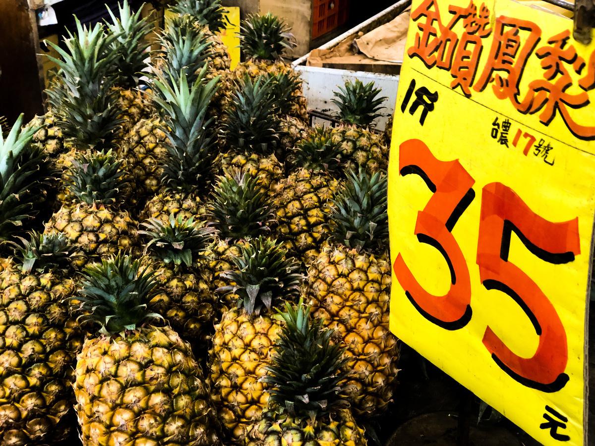 中共日前無預警宣佈禁止進口台灣菠蘿,以突襲式手段打壓台灣農業經濟。為了避免外銷市場過度集中於中國,農委會也積極輔導業者開拓新市場。(中央社)
