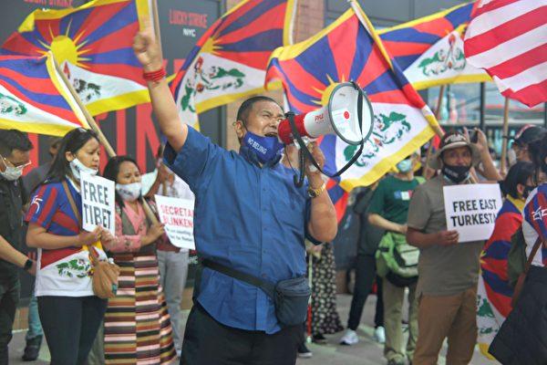 西藏青年議會紐約與新澤西分會成員Sonam Norbu,23日在紐約中領館前與西藏人、中國民運人士等一起抗議。(黃小堂/大紀元)