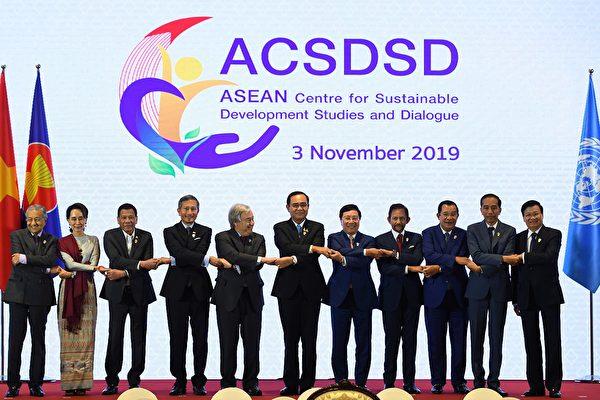 2019年11月3日,上屆東盟峰會在泰國曼谷召開。圖為東盟成員國與會代表合照。(Manan VATSYAYANA/AFP)
