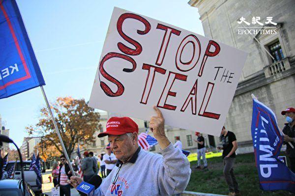 圖為2020年11月7日,參與「制止偷竊」集會的新州居民,手舉「制止偷竊」(Stop The Steal)。(黃小堂/大紀元)