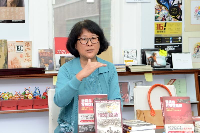 圖為漢人獨立史學研究者李江琳來港發佈新書,並講述中共鎮壓藏人的歷史。(鄺天明/大紀元)