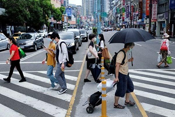 台灣疫情飆升,圖為2021年5月15日台灣街頭。(SAM YEH/AFP via Getty Images)