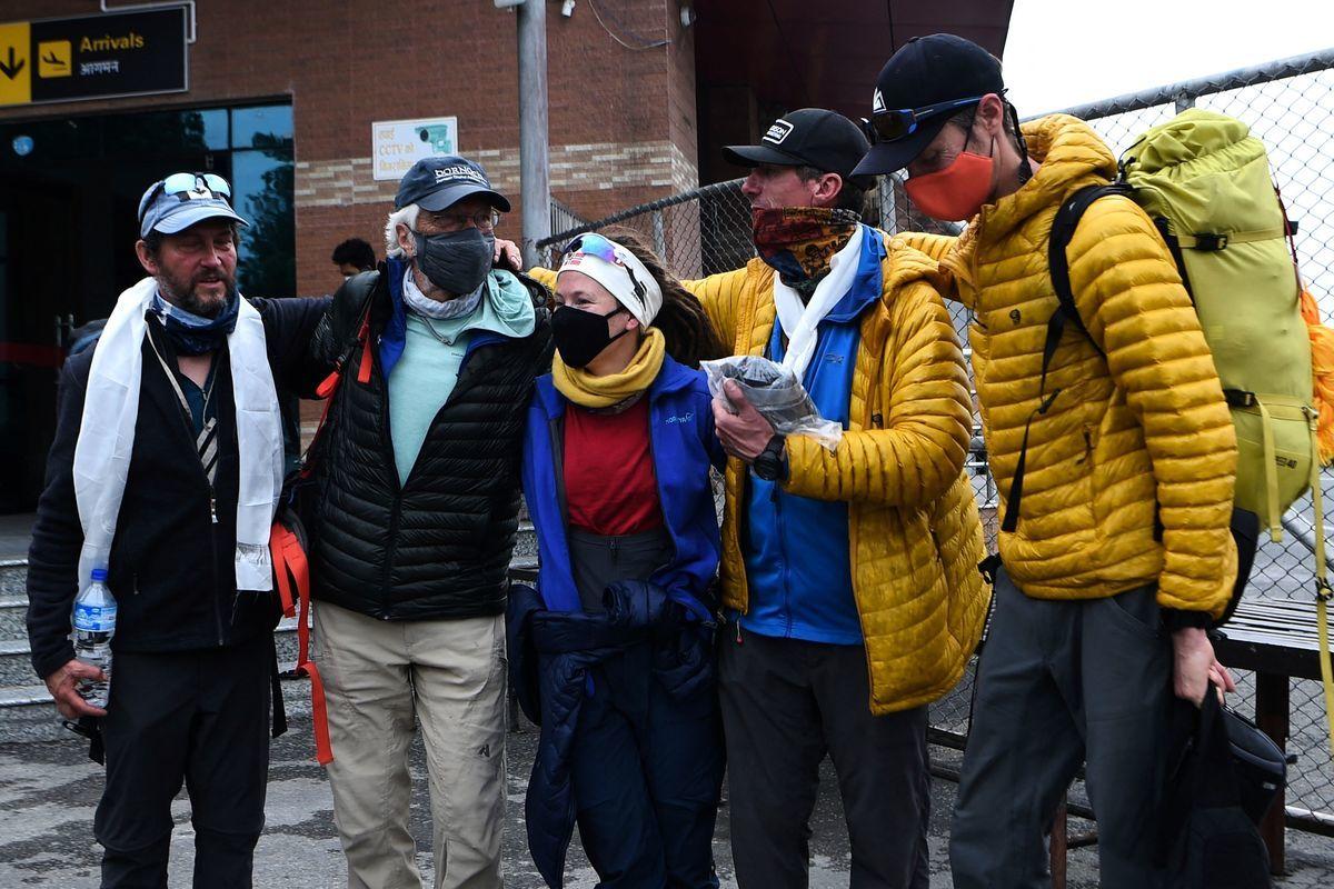 2021年5月30日,登上聖母峰的最年長美國人繆爾(Arthur Muir,左二)在尼泊爾加德滿都的機場與隊友合照留念。(PRAKASH MATHEMA/AFP via Getty Images)