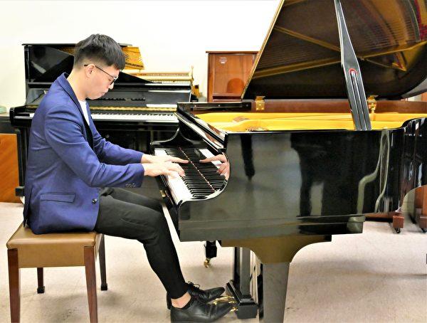 25歲年輕的鋼琴演奏家蔡銘澔,他非常喜歡彈奏陳清流裝置了銅片的鋼琴。(鄧玫玲/大紀元)
