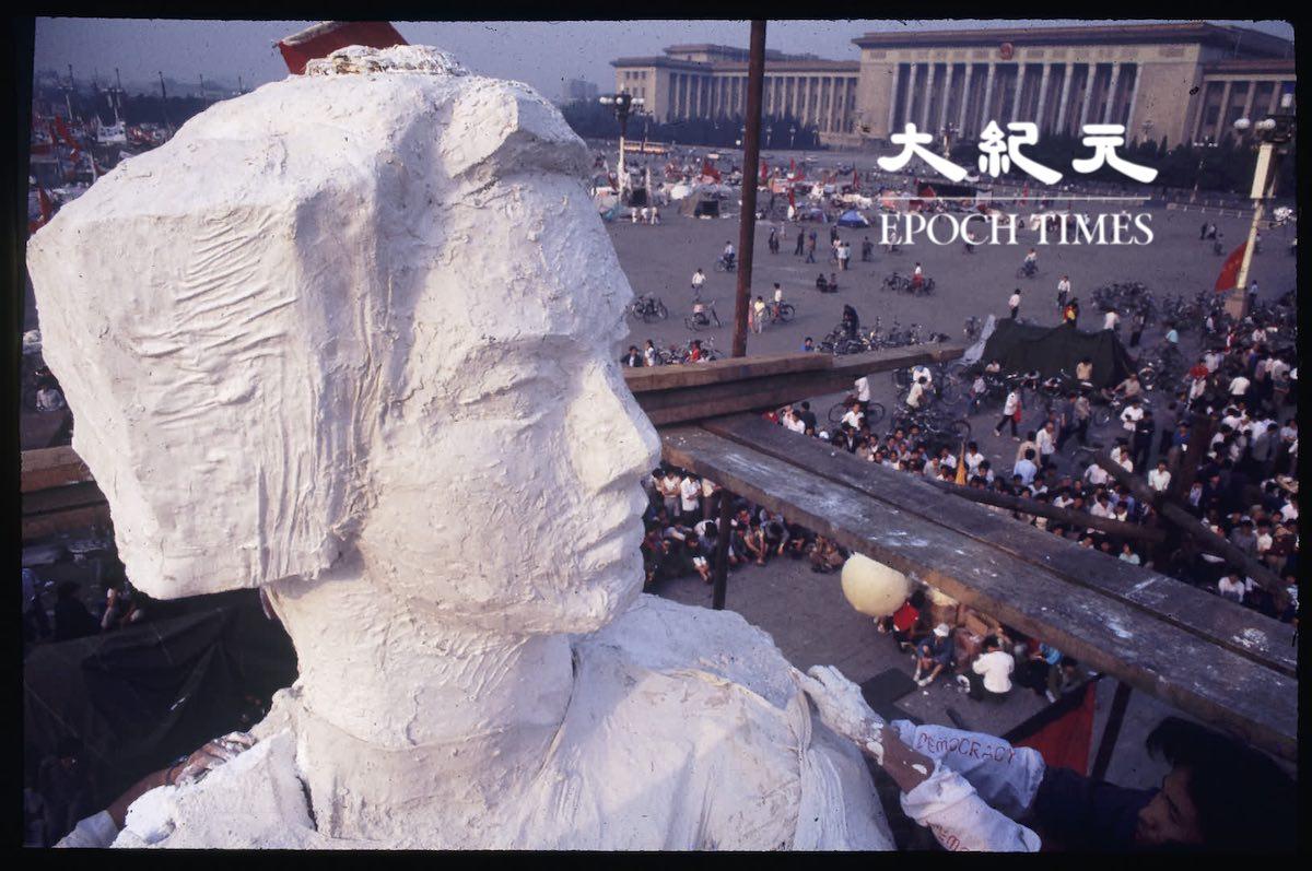 1989年六四前夕,中央美院的大學生們在天安門廣場修建了一座自由女神像。圖為攝影師從自由女神像的腳手架上,拍攝的民眾和平抗議的場景。 幾天後這裏被中共軍隊變成血淋淋的屠宰場。(圖片來源:Jian Liu提供)