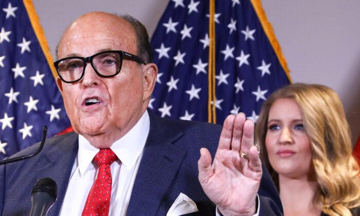 2020年11月19日,時任美國總統特朗普律師、前紐約市市長魯迪·朱利亞尼(Rudy Giuliani)在華盛頓共和黨全國委員會總部舉行的新聞發佈會上講話。(Charlotte Cuthbertson/The Epoch Times)