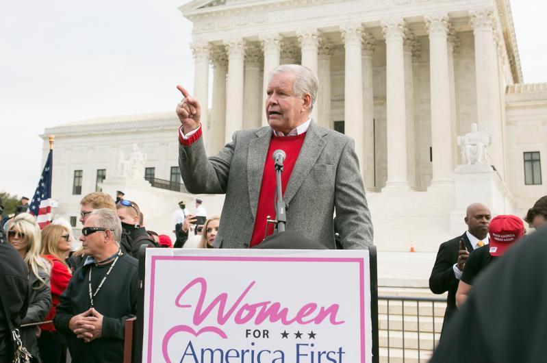 2020年12月12日上午,國會議員Bob McEwen在美國最高法院前發表演講。(李莎/大紀元)