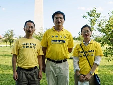 黃奎(左一)與其他清華大學的校友在華盛頓DC參加大法活動。(黃奎提供)