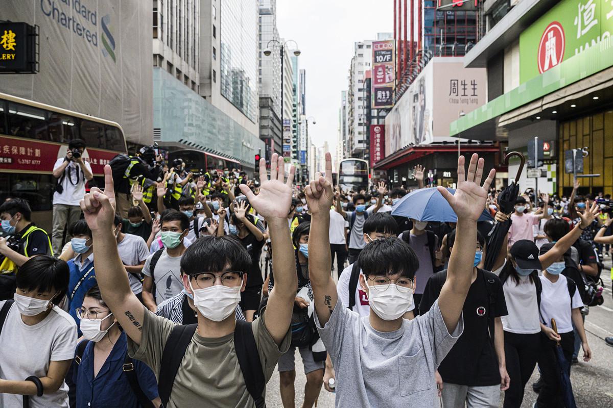 5月27日,港人發起抗議《國歌條例草案》二讀的行動,許多14至16歲的中學生挺身走在最前面並遭警察拘捕,令外界震驚。(Billy H.C. Kwok/Getty Images)