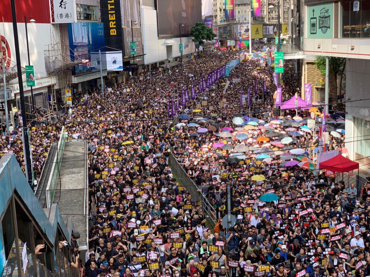 2019年7月21日,香港民眾不畏酷熱的天氣,多次參與大遊行,他們相信唯有堅持發聲才能自救。今次遊行隊伍中老、中、青三代人都有。(李逸/大紀元)