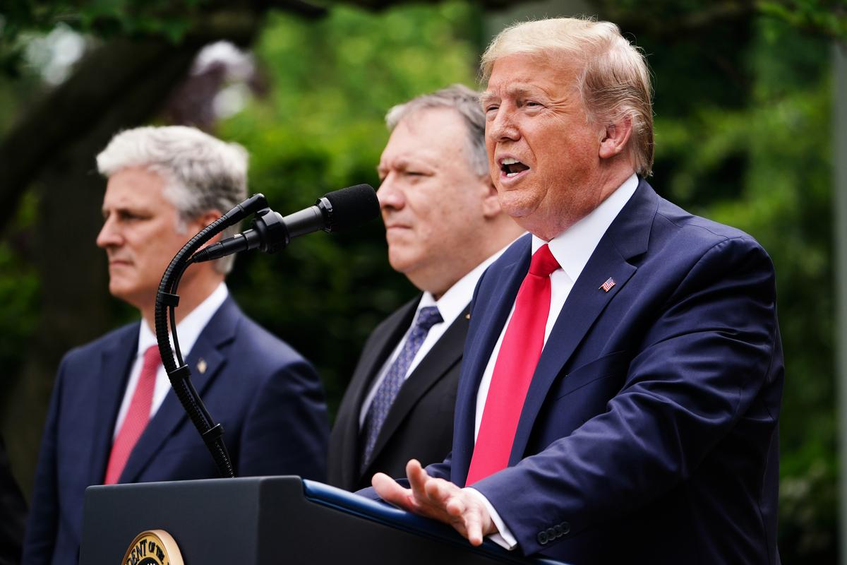 圖為美國總統特朗普(右)、國務卿蓬佩奧(中)、國安顧問奧布萊斯(左)在白宮玫瑰園參加新聞會。(MANDEL NGAN / AFP)