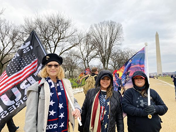 1月6日,集會現場民眾Tommy(左一)和友人支持「END CCP」。(李桂秀/大紀元)