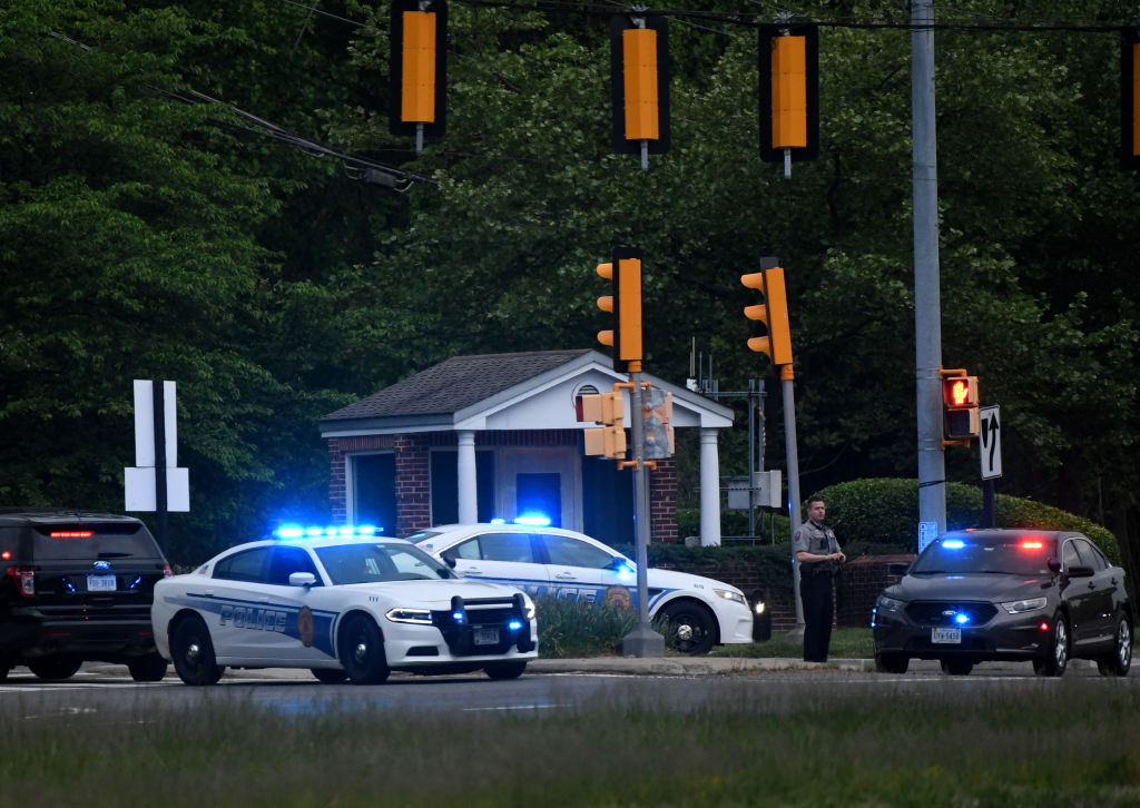 2021年5月3日,警車在中情局總部門口。(OLIVIER DOULIERY/AFP via Getty Images)
