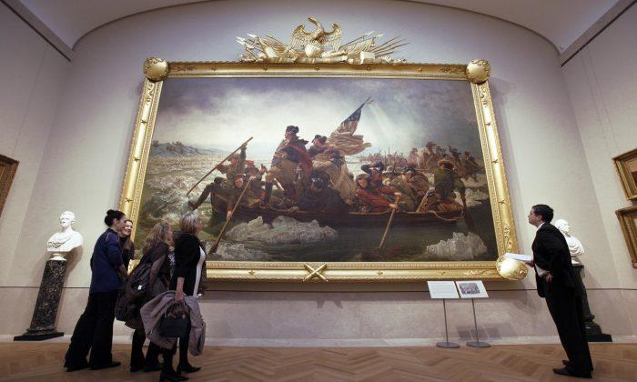 2012年1月,紐約大都會藝術博物館美國之翼展廳的訪客。展出的是埃瑪紐埃爾·洛伊茨的畫作《華盛頓橫渡特拉華河》,以紀念喬治·華盛頓將軍與大陸軍在1776年12月25日晚上穿越特拉華河。(理查德·德魯)