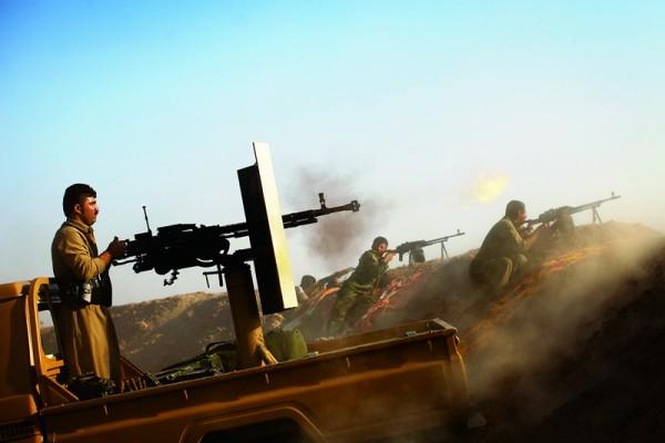 目前,伊斯蘭國所佔領的領土面積比起2015年1月的全盛時期已經大幅減少了28%。圖為伊拉克庫爾德士兵在摩蘇爾的一座山上與伊斯蘭國IS作戰。(AFP)