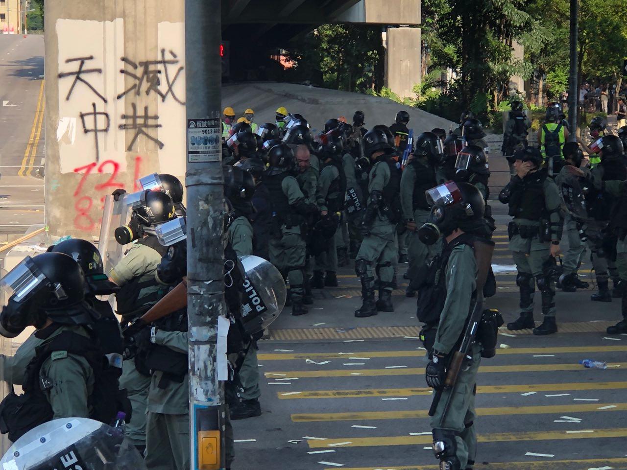 2019年10月1日,港人舉行六區抗暴政活動。警方在屯門施放催淚彈後與民眾對峙。(余天祐/大紀元)