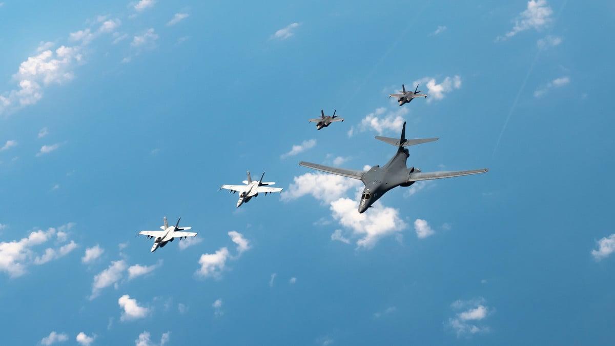 8月18日,美國列根號航母打擊群的F/A-18大黃蜂戰鬥機、海軍陸戰隊F-35「閃電II」戰鬥機,與日本空軍在東海軍演,以表明美國保衛印太地區和平的承諾。(U.S. Air Force photo by Staff Sgt. Peter Reft)