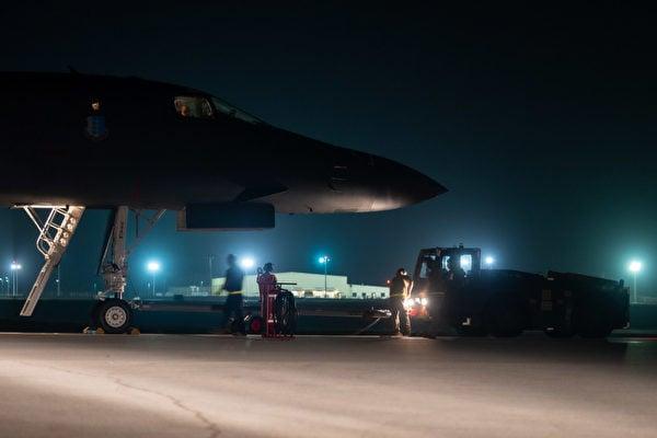 12月18日,美國印太司令部推特展示,地勤人員在夜晚的燈光中,為B-1B轟炸機整備。(美國印太司令部推特)