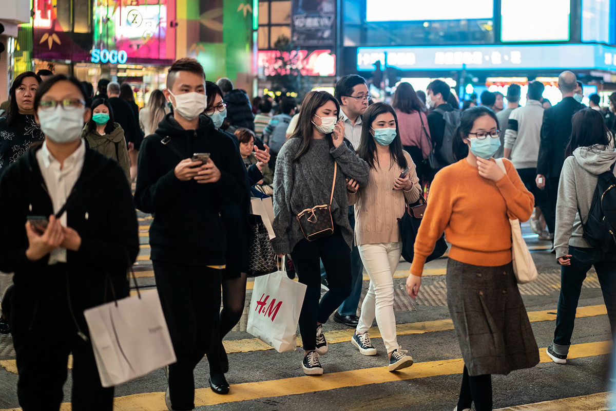 圖為2020年1月23日的香港街頭,人們紛紛帶上口罩預防中共肺炎(俗稱武漢肺炎、新冠肺炎)感染。(Anthony Kwan/Getty Images)