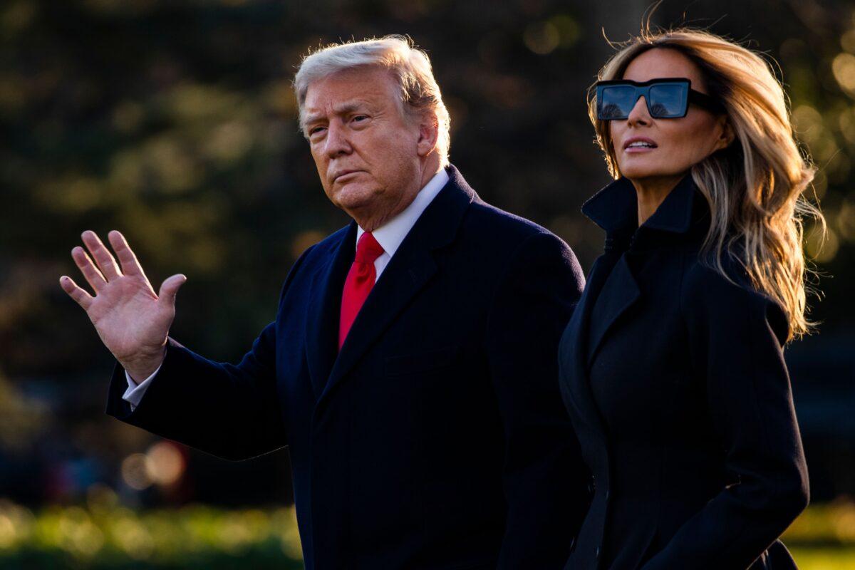 2020年12月23日,總統唐納德·特朗普和第一夫人梅拉尼婭·特朗普離開白宮前往總統的私人俱樂部海湖莊園(Mar-a-Lago)。他們將在那裏度過聖誕節和新年夜。(Samuel Corum/AFP via Getty Images)