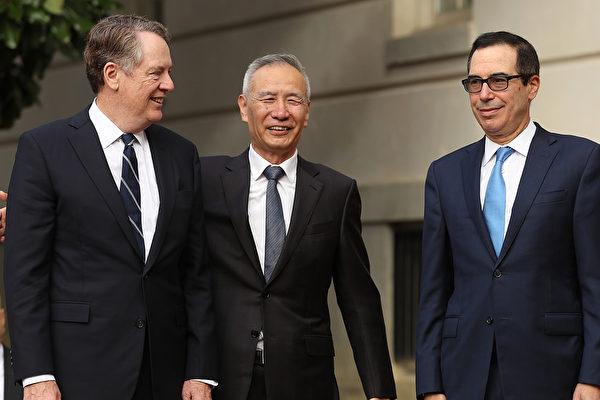 中美於2019年11月15日舉行遠程貿易會談。圖為10月10日,劉鶴在華盛頓與美國貿易代表萊特希澤和財政部長姆欽進行面對面會談。(Chip Somodevilla/Getty Images)