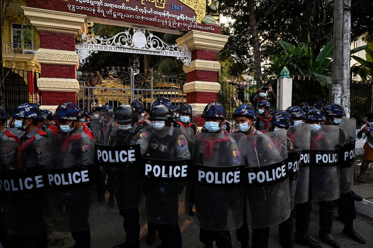 2021年2月18日,英國和加拿大對緬甸執政的軍事將領實施制裁。圖為在仰光民眾上街抗議時,當局派出的大批警察。(Sai Aung Main/AFP)