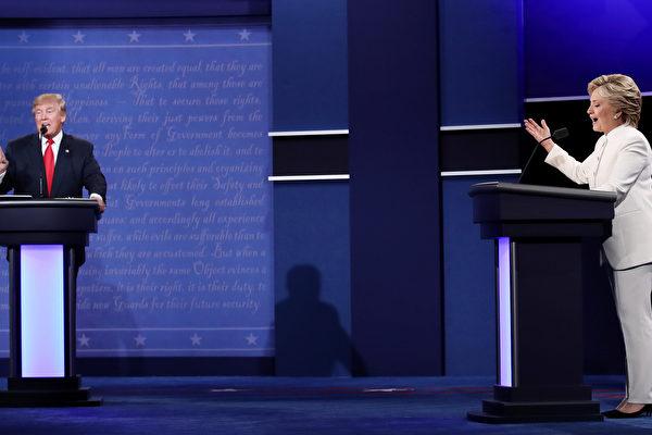 10月20日美國拉斯維加斯,特朗普(左)和希拉莉在最後一場2016美國大選辯論會中。(Win McNamee/Getty Images)
