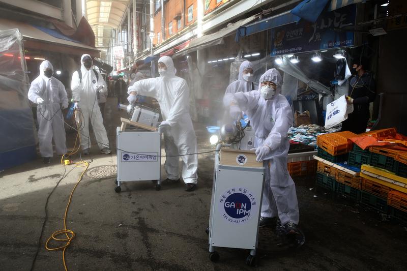 圖為防疫人員在南韓首爾傳統市場進行消毒。(Chung Sung-Jun/Getty Images)