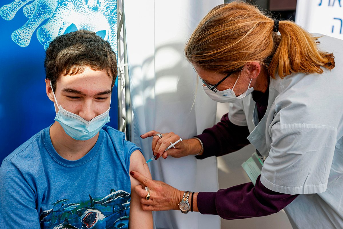 以色列近期一項研究發現,打疫苗者對Delta變種的突破感染風險,是曾經自然感染新冠者的13倍。(JACK GUEZ/AFP via Getty Images)