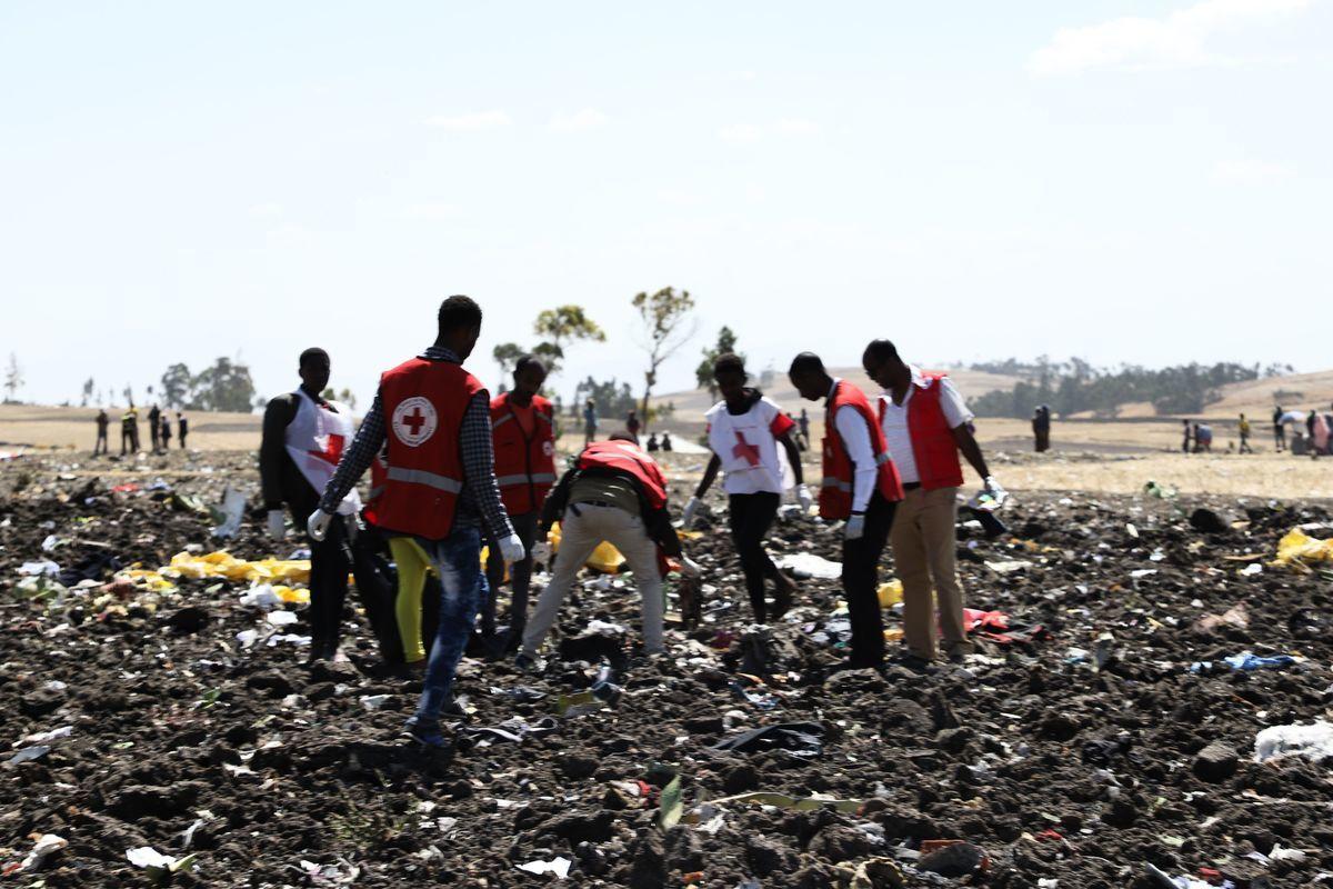 周日(3月10日),埃塞俄比亞航空公司一架波音737 max-8飛機從亞的斯亞貝巴起飛6分鐘後墜毀,機上157人全部遇難。CNN稱,遇難者來自35個國家,其中有8名中國公民,8名美國人,還有22名聯合國職員。(MICHAEL TEWELDE/AFP/Getty Images)
