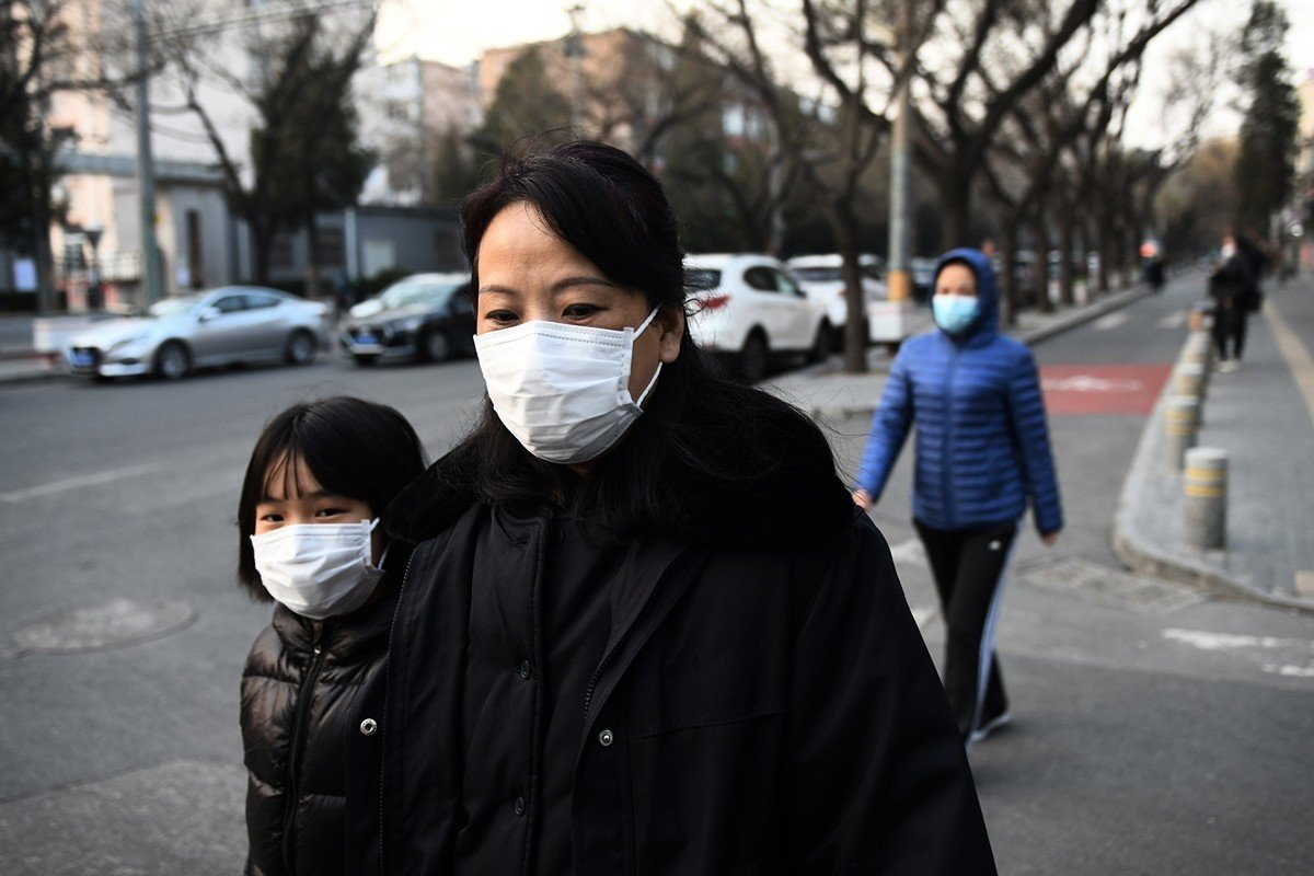 中共肺炎面前人人自危。圖為2020年2月25日,北京街頭,民眾戴口罩自保。(GREG BAKER/AFP via Getty Images)