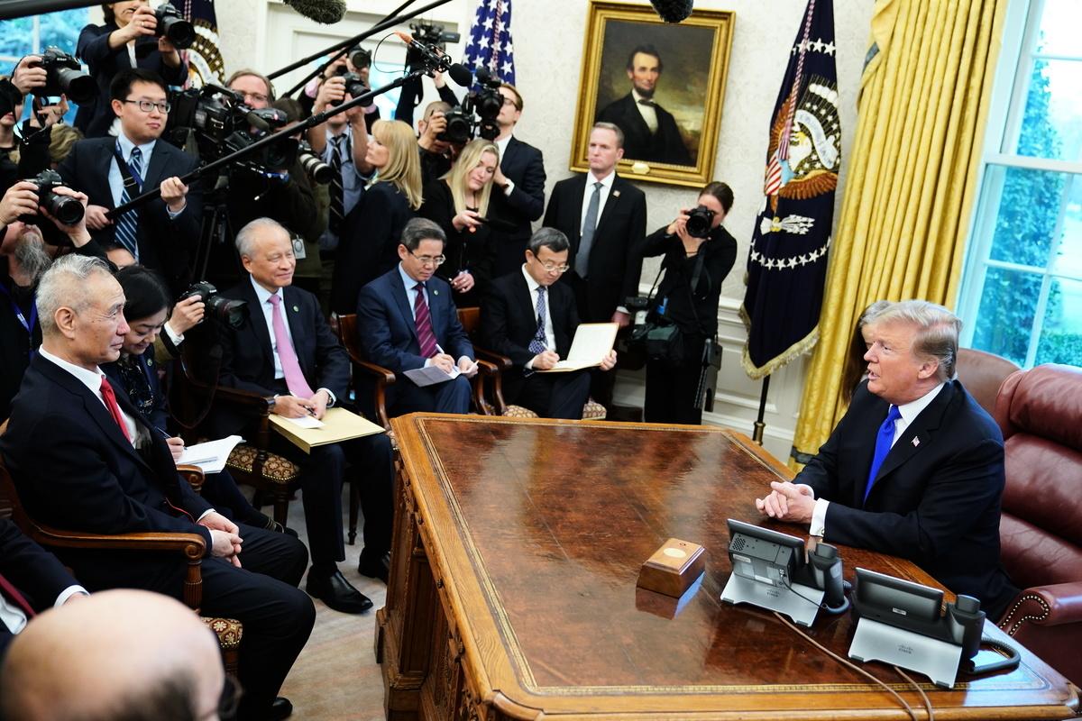 周五(2月22日),美國總統特朗普在白宮接見劉鶴,劉轉交中國國家主席習近平親筆函。本周貿易談判延長兩天,周末在華府續談。(MANDEL NGAN/AFP)