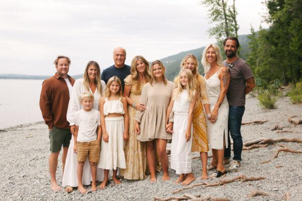 勞瑞和他的家人。(豐收教會提供)
