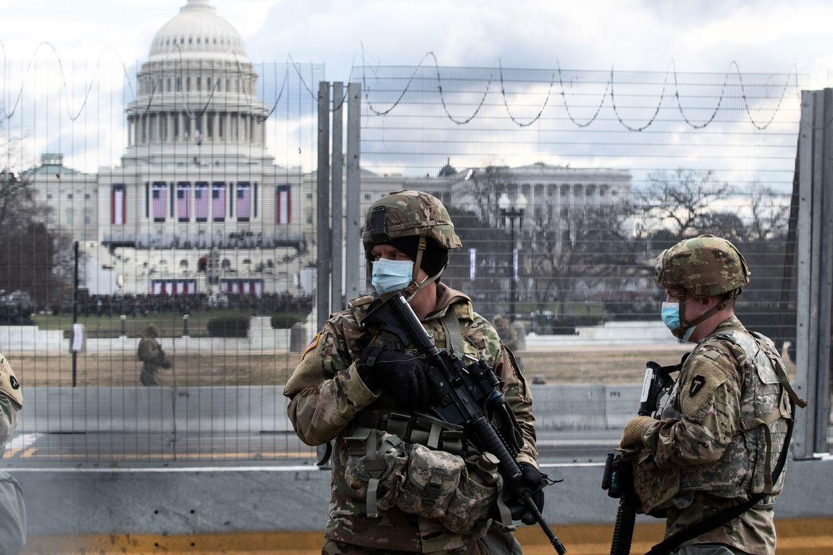 2021年1月20日,國民警衛隊在華盛頓的國會大廈外巡邏。(ROBERTO SCHMIDT/AFP via Getty Images)