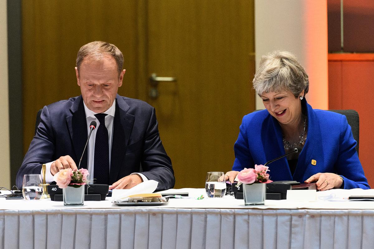 歐洲理事會主席唐納德・圖斯克(Donald Tusk,圖左)周三(4月10日)表示,歐盟決定英國脫歐推遲到十月底,並已告知英國首相特蕾莎・梅(Theresa May,圖右)。(Leon Neal-Pool/Getty Images)