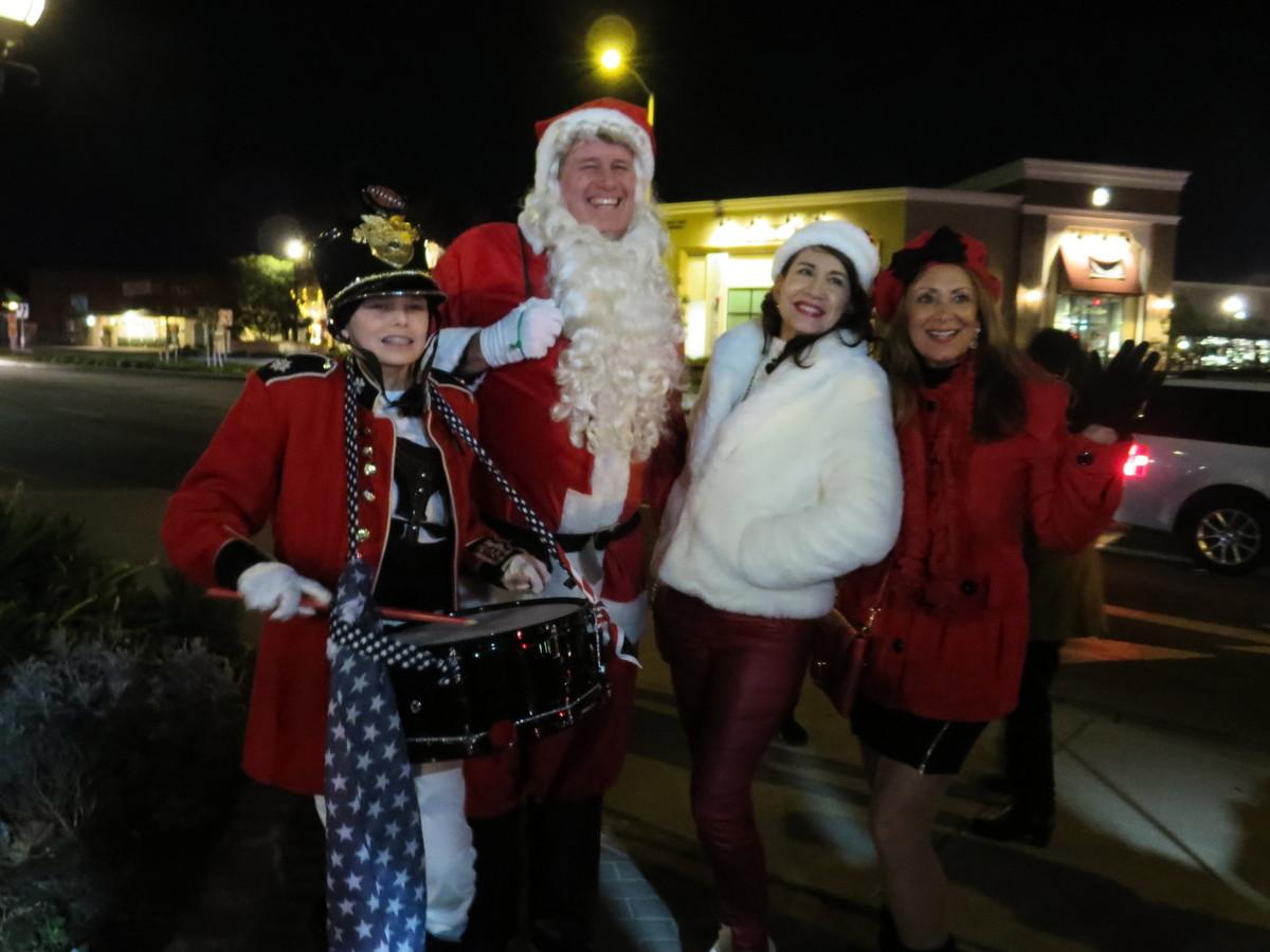 2020年12月19日晚,人們在約巴琳達(Yorba Linda)市舉行了「聖誕頌歌和打破宵禁令」(Christmas Caroling and Curfew Breaking)的社區活動。圖為民眾和聖誕老人合照。(李梅/大紀元)
