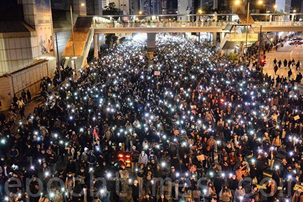 2019年12月8日,香港民陣發起「國際人權日」集會大遊行。遊行隊伍在灣仔軒尼詩道警署總部。(宋碧龍/大紀元)