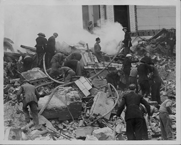 二戰期間,德國的空襲了擊中倫敦的一所學校,警察和消防員等正在救援。(Keystone/Archive Photos/Getty Images)