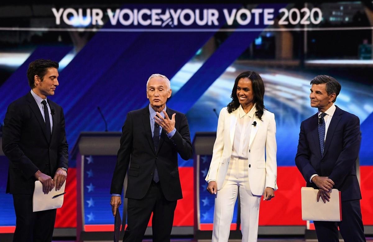 美國廣播公司(ABC)首席新聞政治主播,《早安美國》聯合主持人喬治‧斯蒂芬諾普洛斯(George Stephanopoulos,右一)於2019年9月12日在得克沙士州出席2020年總統選舉第三次 民主黨初選辯論會。(ROBYN BECK/AFP via Getty Images)