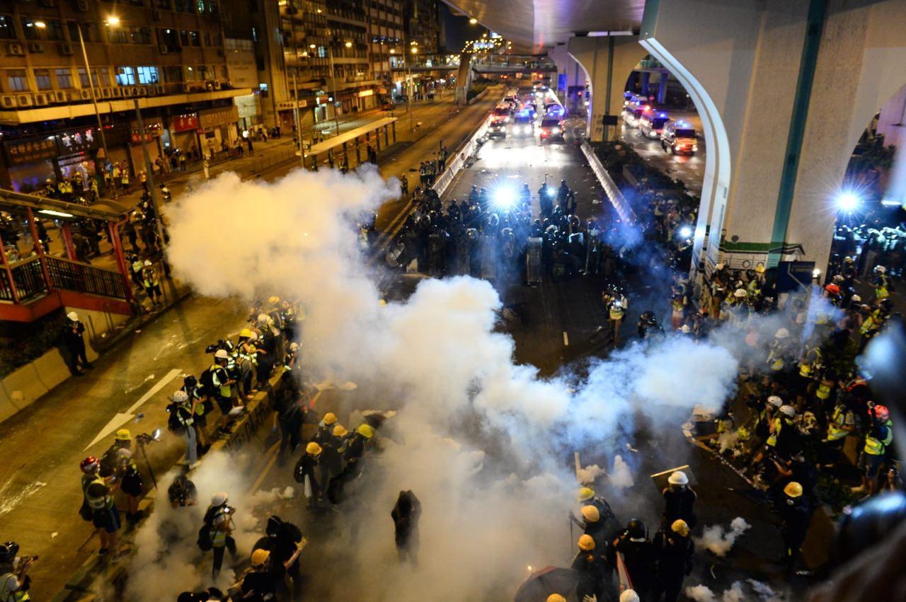 2019年7月21日,香港施放催淚彈,驅趕示威者。(碧龍/大紀元)
