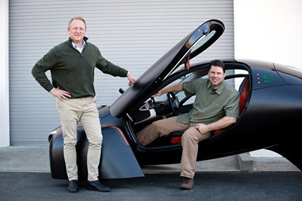 Aptera創始人史蒂夫·范布羅(左)與克里斯·安東尼。(Aptera Motors提供)。