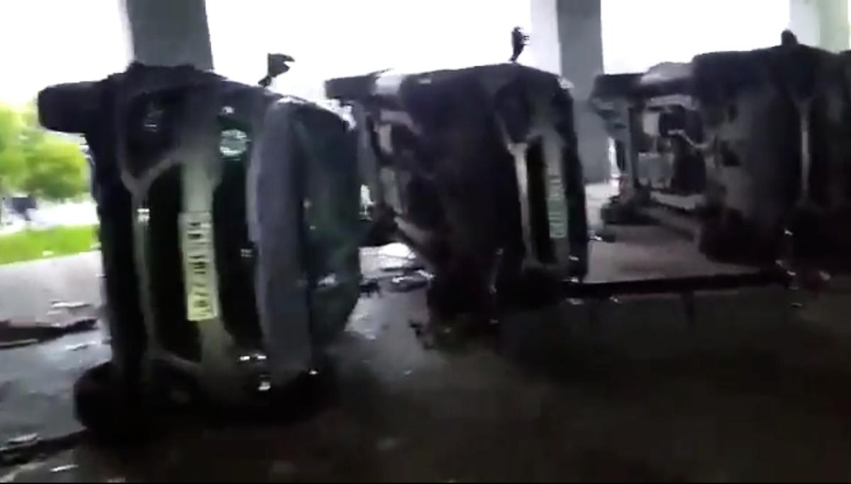 台商緯創位於印度南部廠房發生暴力砸廠事件。圖為車輛被砸。(影片截圖)