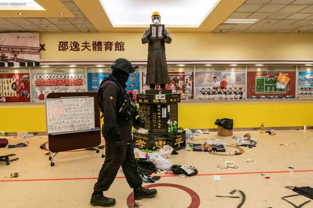11月28日,警方進入理大校園。(Anthony Kwan/Getty Images)