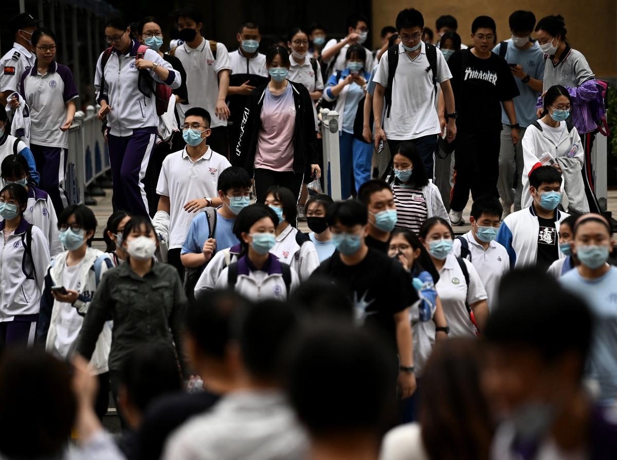 今天,全國甲卷將中共黨史作為語文考試中的作文題,此事引發網絡熱議。圖為2021年6月7日北京市高考考生出考場。(NOEL CELIS/AFP via Getty Images)