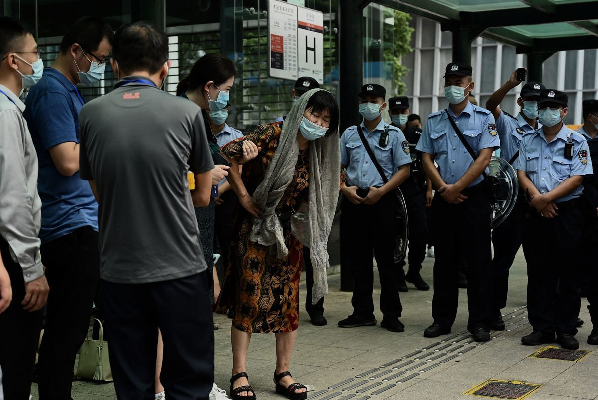 2021年9月15日,討債人聚集在中國深圳的恒大總部大樓外。(NOEL CELIS/AFP via Getty Images)