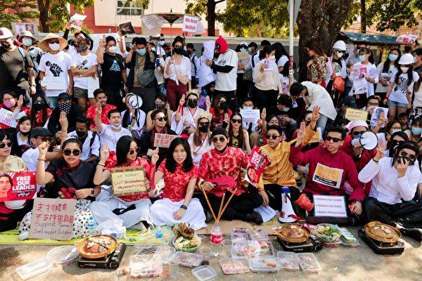 2月11日在中共大使館外抗議的人群。 (STR/AFP via Getty Images)