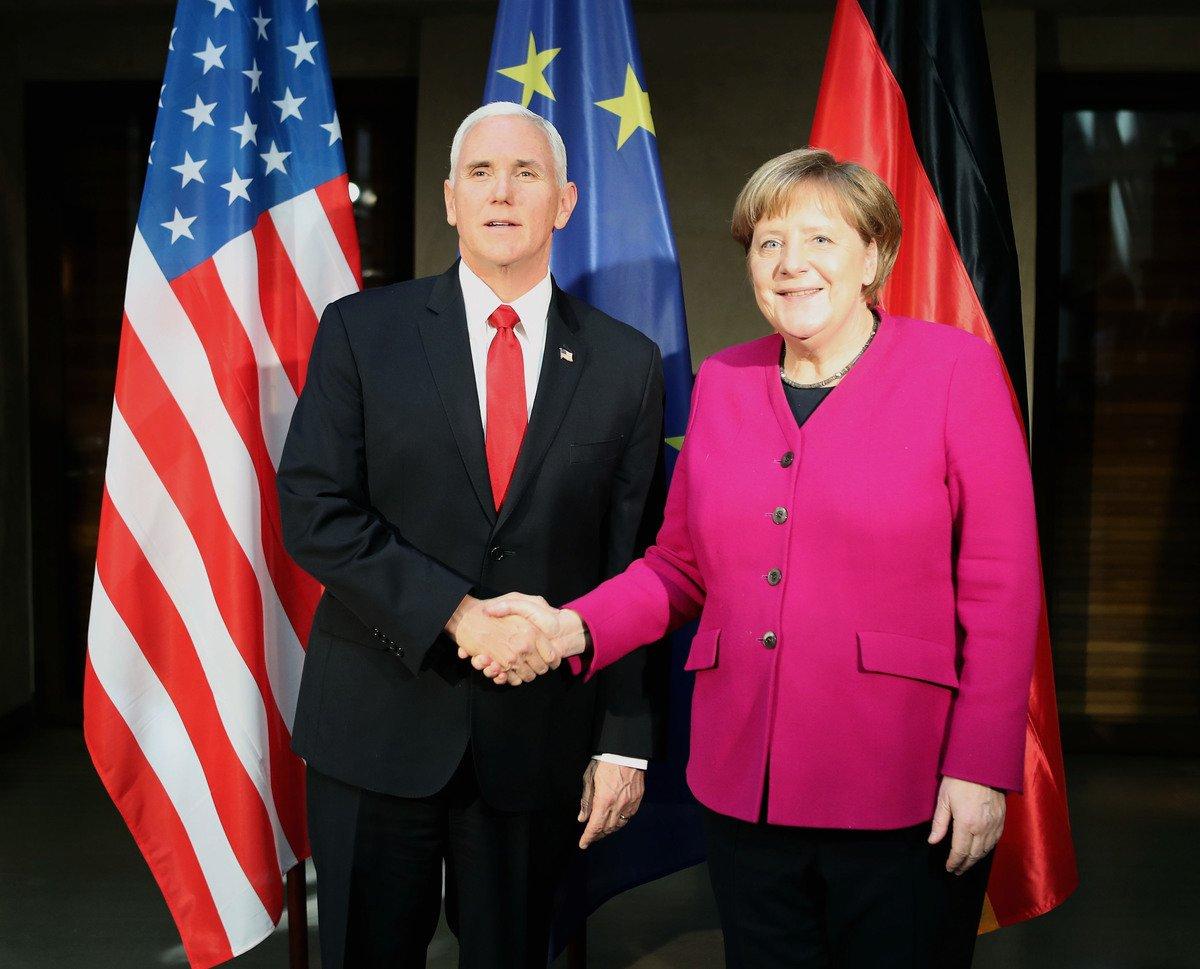 中歐關係僅是建立在經貿往來上。而美歐關係卻在經貿之外,還有安全等更廣泛和關鍵的領域,如歐盟對先進軍事裝備「高度依賴」美國,這是中歐關係無法比擬的。圖為慕尼黑安全會議上美國副總統彭斯和德國總理默克爾。(Alexandra Beier/Getty Images)
