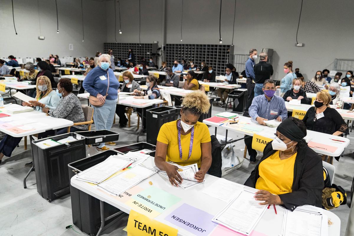 圖為2020年11月16日,美國佐治亞州格威內特郡(Gwinnett County)選舉工作人員重新點票。(Megan Varner/Getty Images)