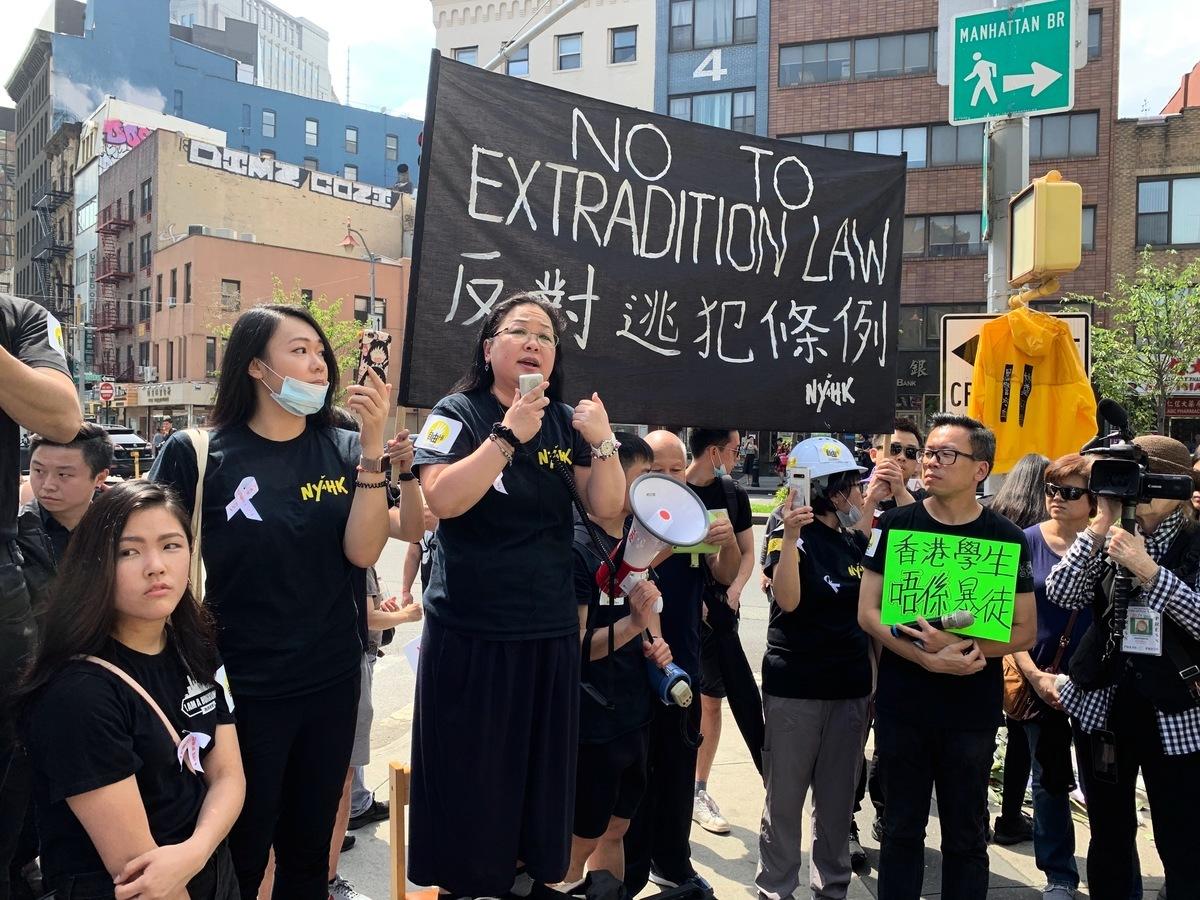 上千旅居紐約的香港人和支持者在華埠孔子大廈前舉行集會,聲援香港人要求撤回「送中」條例。 (林丹/大紀元)